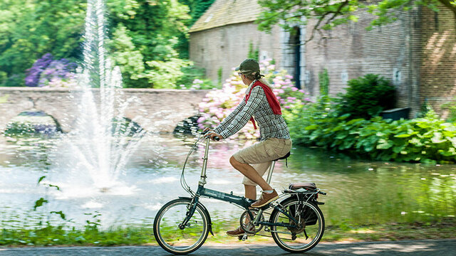 Een fietser in Kasteeltuinen Arcen