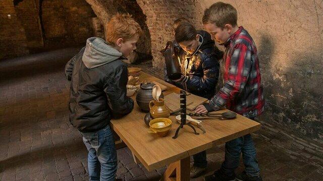 Kinderen op onderzoek uit in Kasteel Hernen