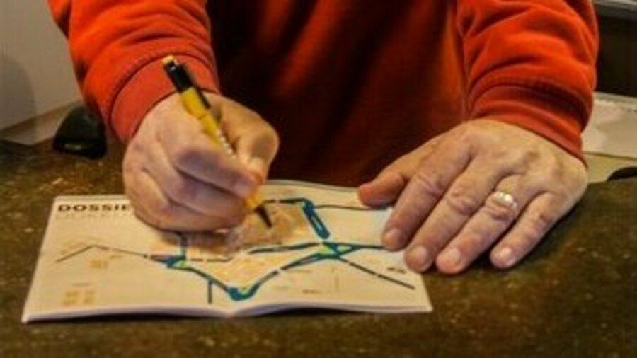 Medewerker wijst punt in Dokkum aan op een kaart.