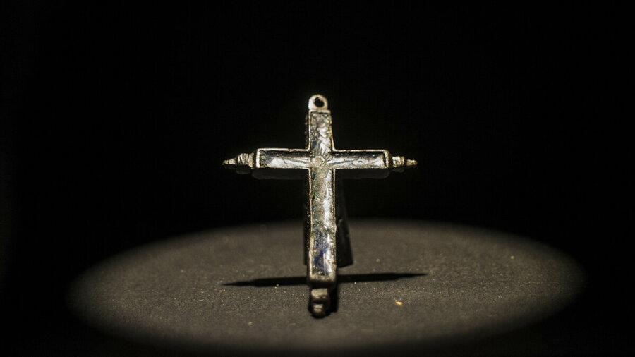 Historisch zilverkleurig kruisje.