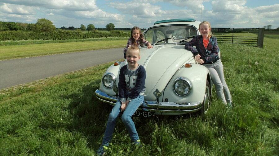 Kinderen bij oldtimer Volkswagen Kever 1968 van Vintagecars Wapenveld