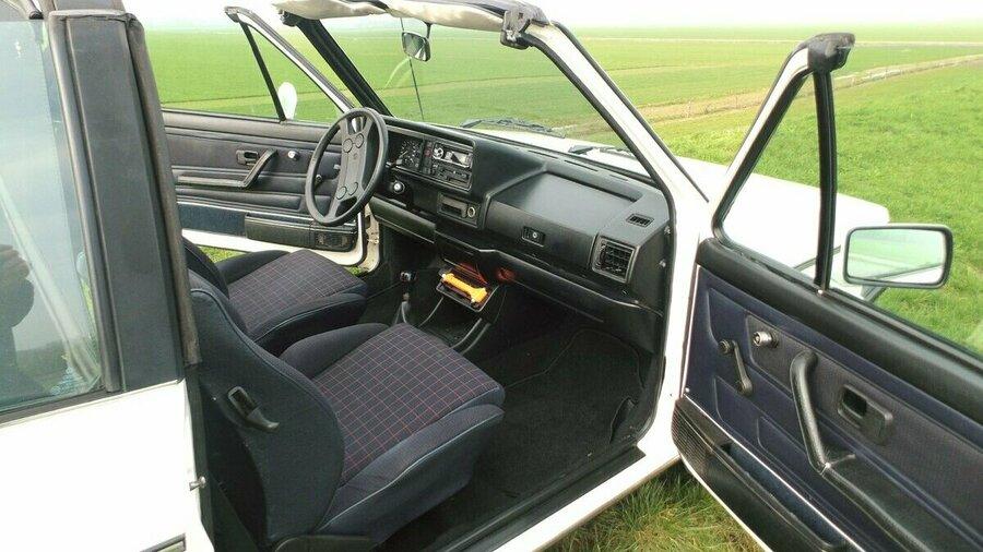 Ouderwetse binnenkant van vintage Volkswagen van Vintagecars Wapenveld