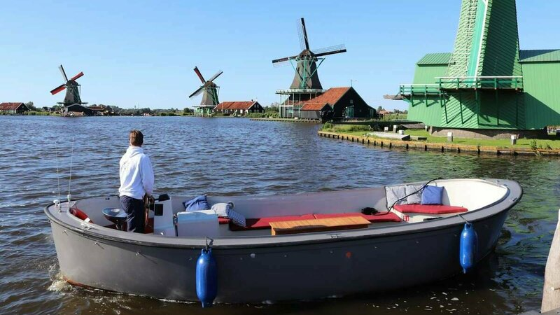 Privévaartocht met sloep in Zaanse Schans langs windmolens Foto: Dutch Boat Tours