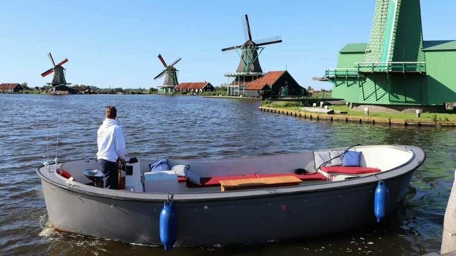 Privévaartocht met sloep in Zaanse Schans langs windmolens