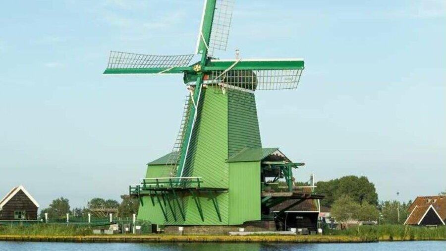 Windmolen aan het water in Zaanse Schans