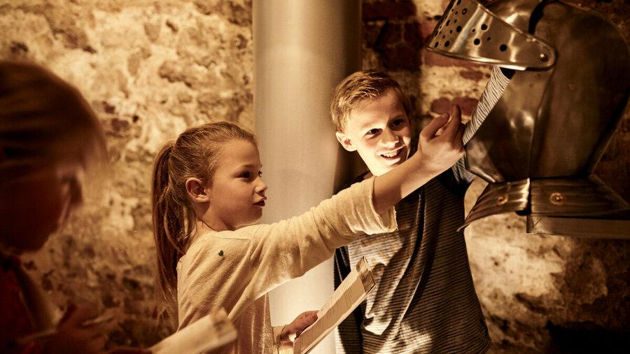 Kinderen volgen speurtocht op Kasteel De Keverberg
