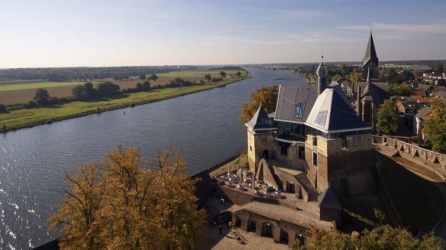 Kasteel De Keverberg aan de Maas in Limburg