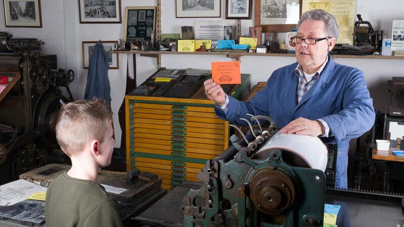 Meneer bij een drukpers
