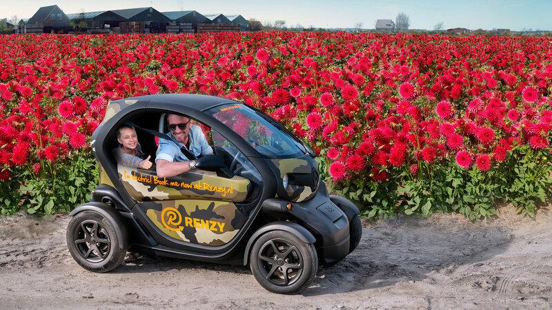 Renzy gezinstour, vader en zoon tussen de bloemen in een gehuurde elektrische auto