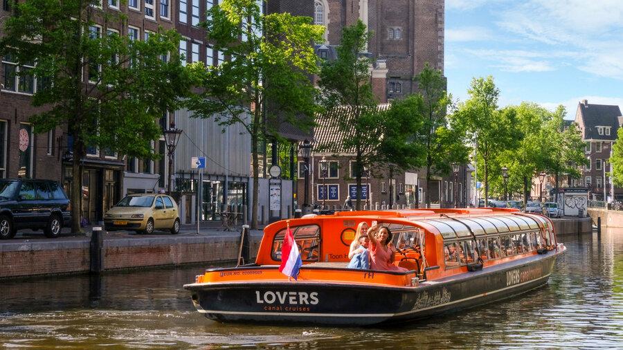 Rondvaart door Amsterdam met rondvaartboot van Rederij Lovers