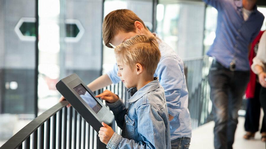 Aan de hand van schermen en een rondleiding leren kinderen alles over Nederland.