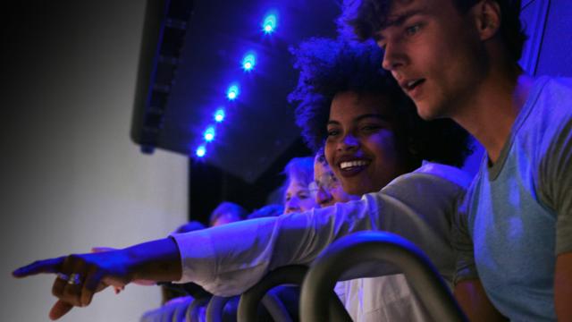 Jongen en meisje in Flight Experience tijdens romantisch dagje uit bij THIS IS HOLLAND