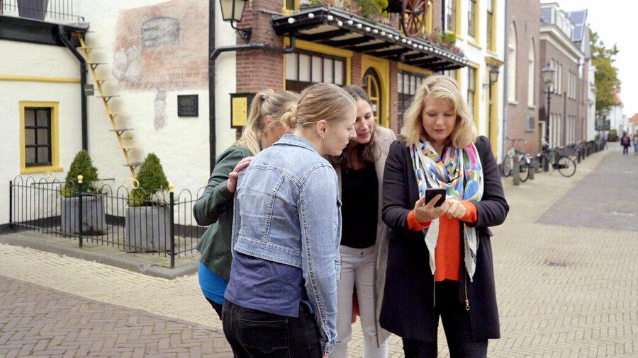 Vriendinnen spelen Escape Tours in Nederlandse stad