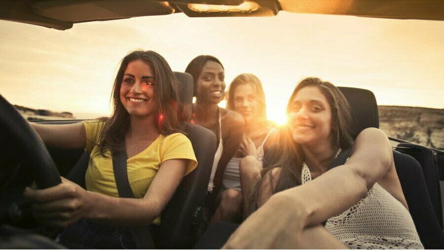 Navigeren in een verrassende autorally - meiden in auto
