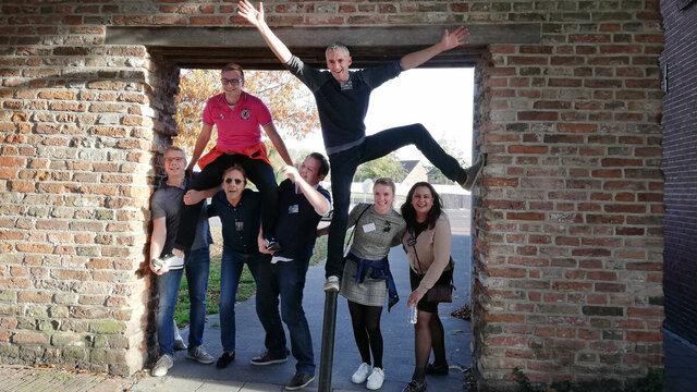 Familie speelt Escape Tours in Nederlandse stad