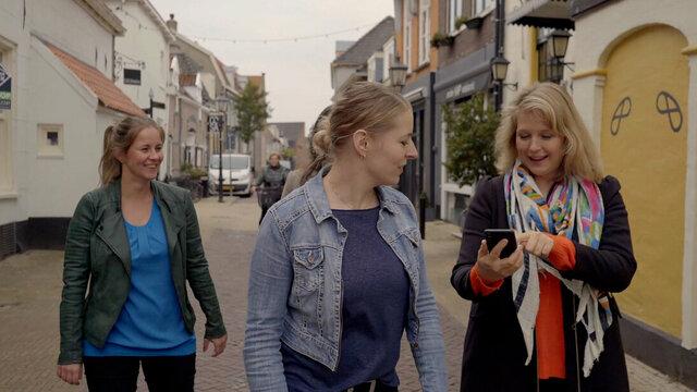 Vriendinnen tijdens Escape Tours in Nederlandse stad