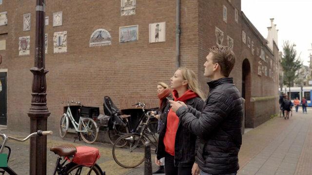 Op zoek naar aanwijzingen tijdens Escape Tours in Nederlandse stad