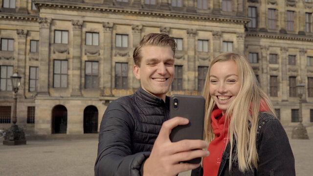 Stelletje speelt Escape Tours in Nederlandse stad