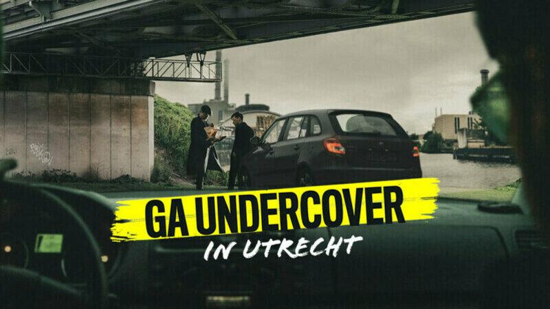 Undercover 030 - Vanuit een auto worden twee mannen bij een auto onder een brug bespied.