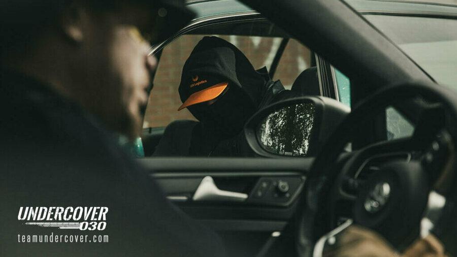 Undercover 030 - Twee mannen in verschillende auto's praten met elkaar door de autoramen heen; één is onherkenbaar.