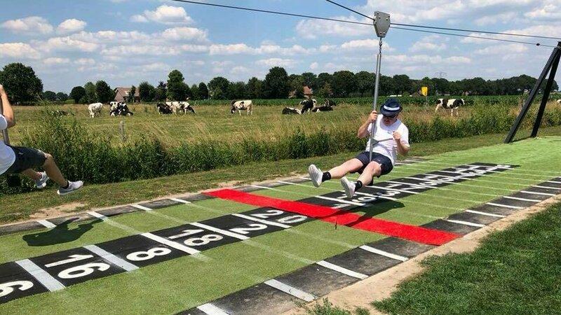 Vlak boven de grond racen met de zipline.