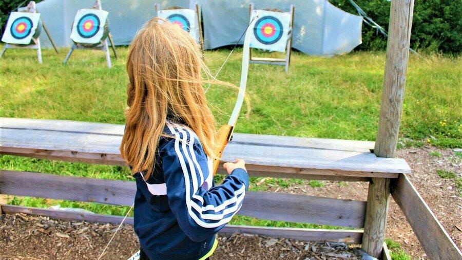 Kind leert boogschieten op Zomerkamp Amsterdam