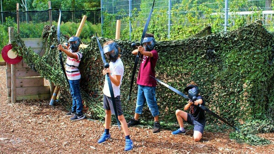 Kinderen spelen archery tag op Zomerkamp Amsterdam