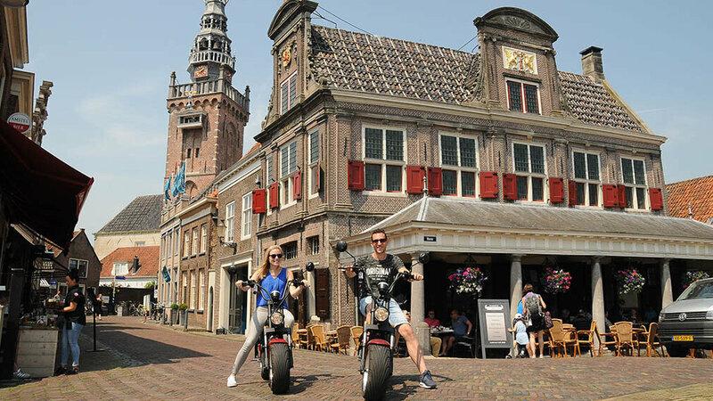 Stel poseert met elektrisceh choppers van Volendam Rent & Event Foto: Volendam Rent & Event