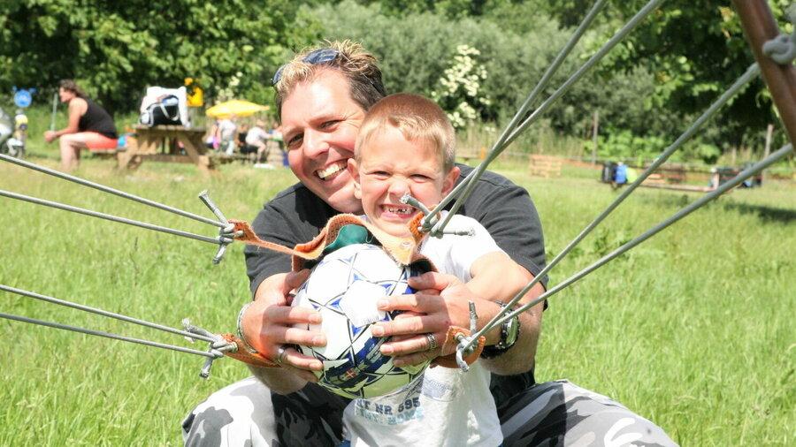 Vader en zoon tijdens familiesurvival bij Outdoorpark SEC Almere