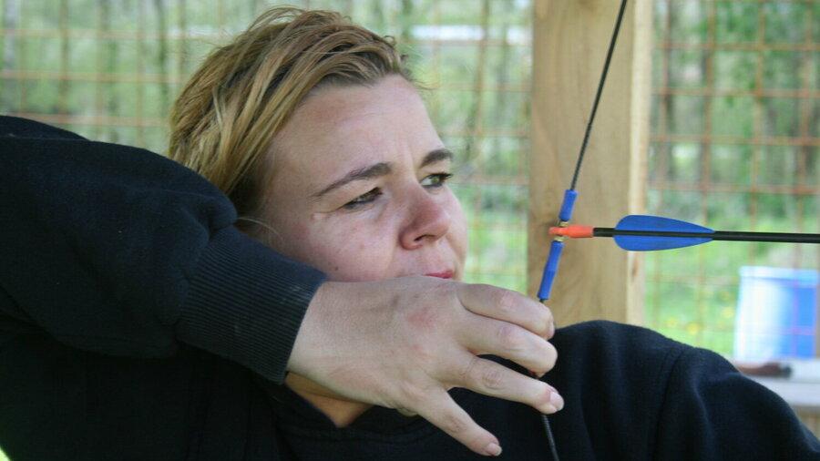 Boogschieten bij Outdoorpark SEC Almere. Vrouw doet mee aan workshop!