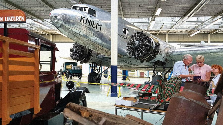 Voertuigen en vliegtuigen in Nederlands Transport Museum Nieuw-Vennep Noord-Holland