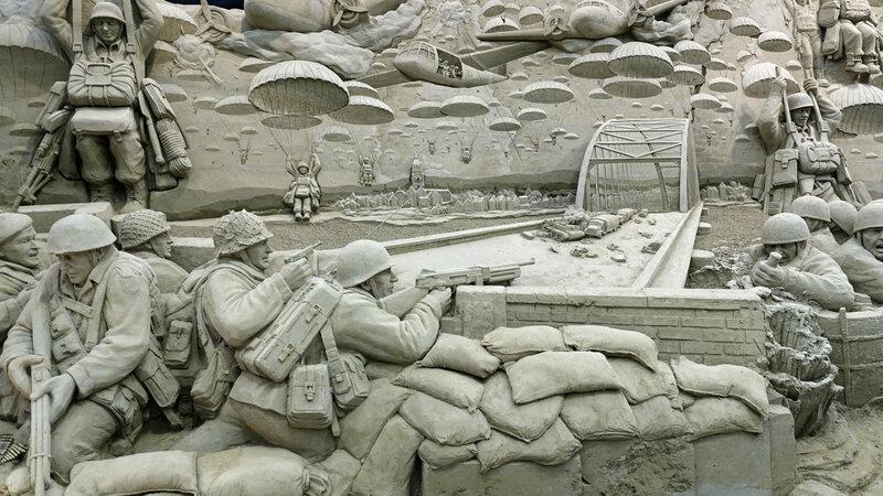 Zandbeeld Slag om Arnhem 't Veluws Zandsculpturenfestijn Foto: Ben Bläss