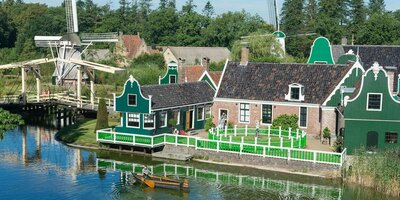 Oud-Hollandse Zaanse gebouwen en molens in Nederlands Openluchtmuseum Arnhem