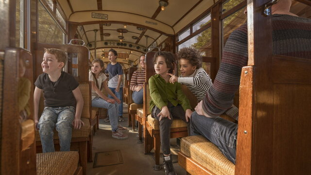 Kinderen in de tram in het Nederlands Openluchtmuseum
