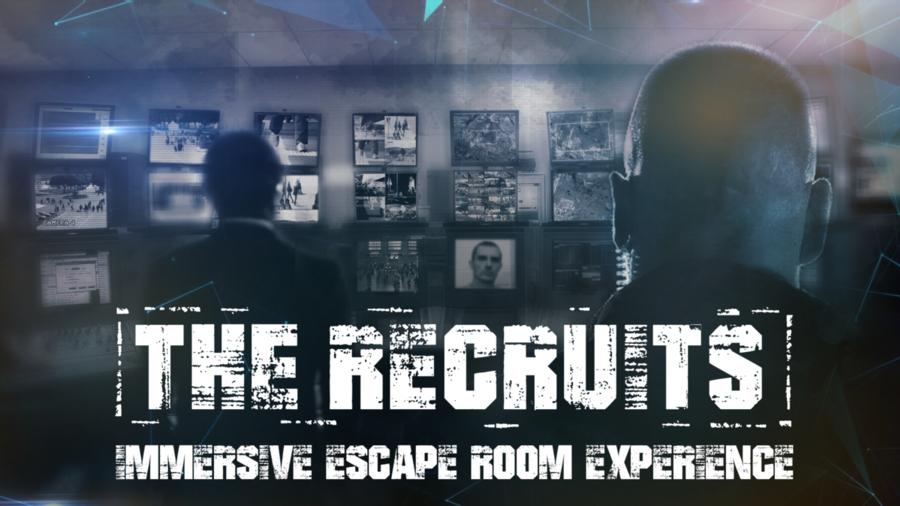 Twee mannen kijken naar een muur vol afbeeldingen in escaperoom the recruits woerden