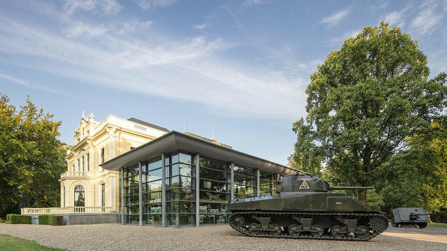 Villa Hartenstein waar het Airborne Museum in zit, met een tank ervoor
