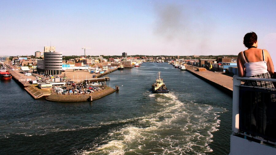 Bekijk de grootste cacao- en benzinehaven ter wereld met Amsterdam Boat Cruises