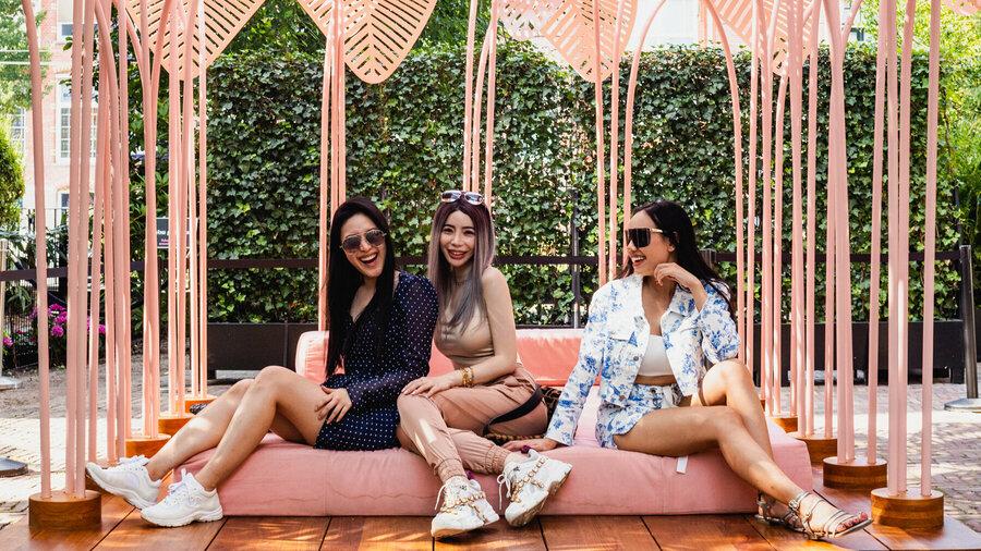 Drie jonge vrouwen in kunstwerk Le Refuge van Marc Ange in de tuin van het Moco Museum