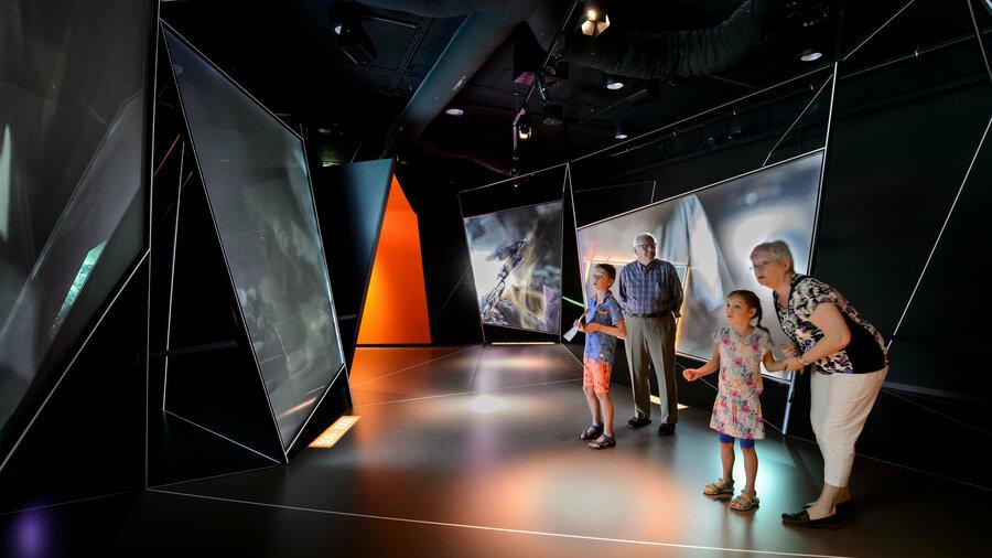 Oudere man en vrouw met twee jonge kinderen in de canon van het Nederlands Openluchtmuseum