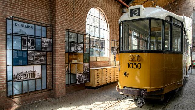 Expositie en historische tram in de tramremise van het Nederlands Openluchtmuseum