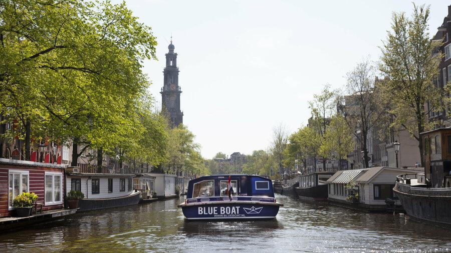 Vaar langs de mooiste plekjes van Amsterdam met Blue Boat Company
