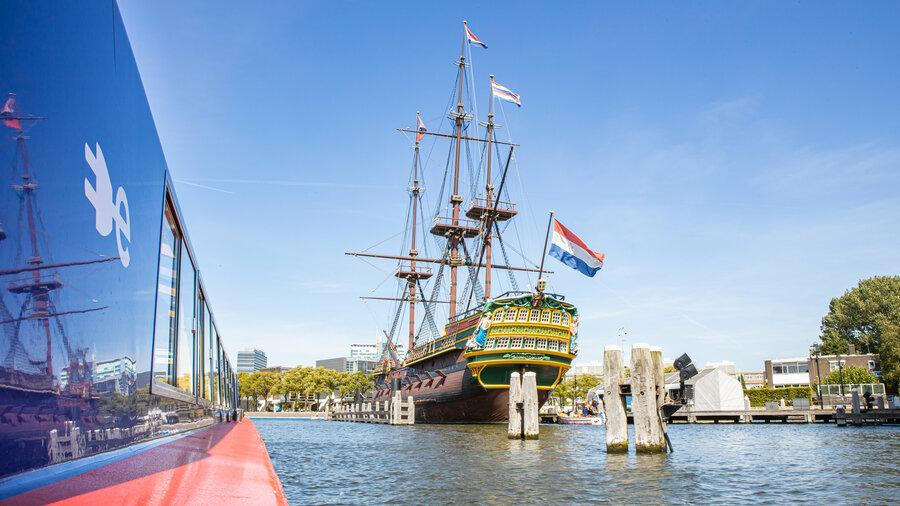 Vaar langs een oud VOC-schip in de haven.