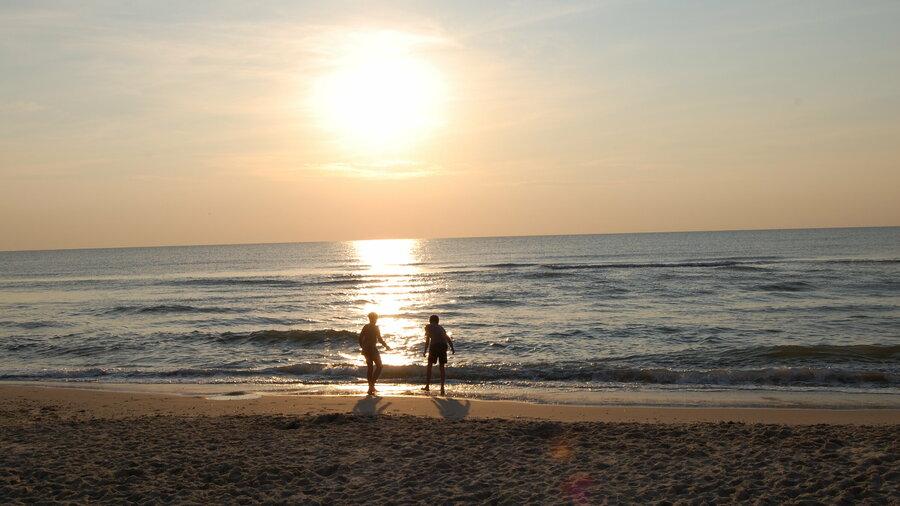 Twee mensen in de branding op het strand op Texel