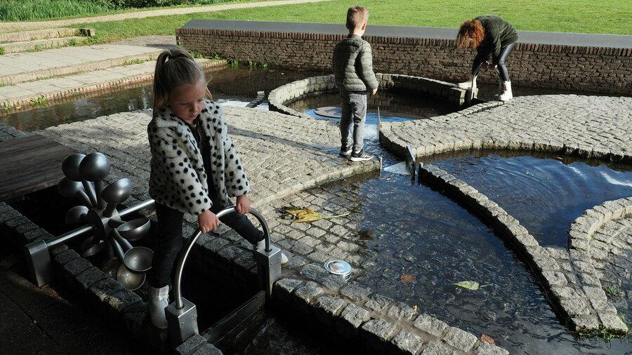 Ook buiten spelen kinderen met water bij het Nederlands Watermuseum